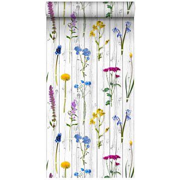 vlies wallpaper XXL veldbloemen op houten vintage planken licht warm grijs, geel, blauw en fuchsia roze van ESTA home