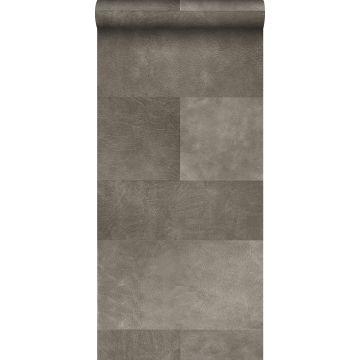 vlies wallpaper XXL tegelmotief met leer look warm grijs van Origin